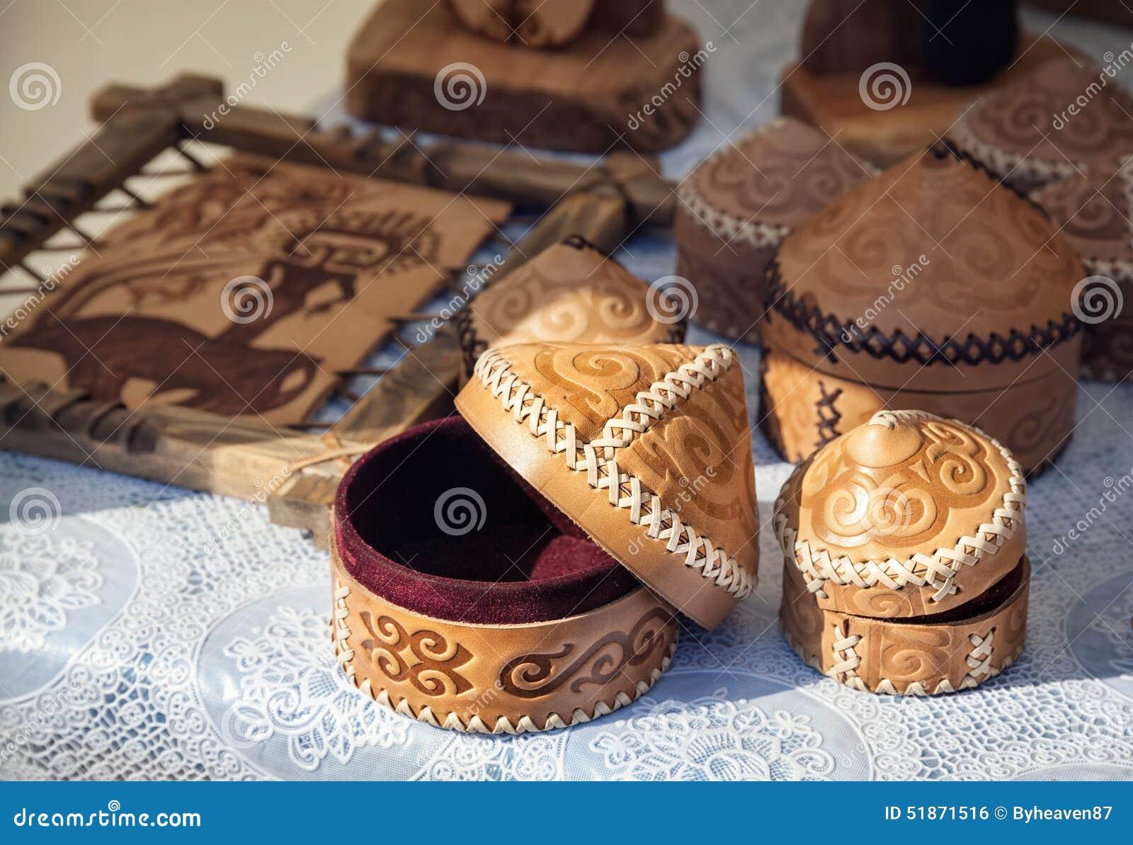 Scarpe etniche kazake nel mercato