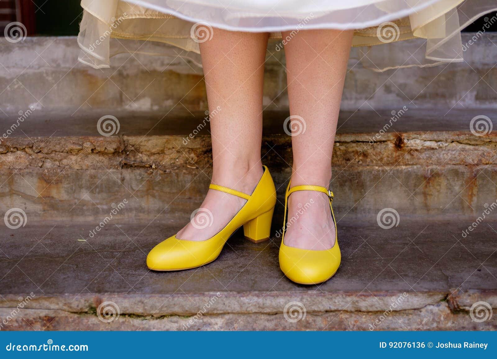 Scarpe Sposa Gialle.Scarpe Gialle Di Nozze Della Sposa Fotografia Stock Immagine Di