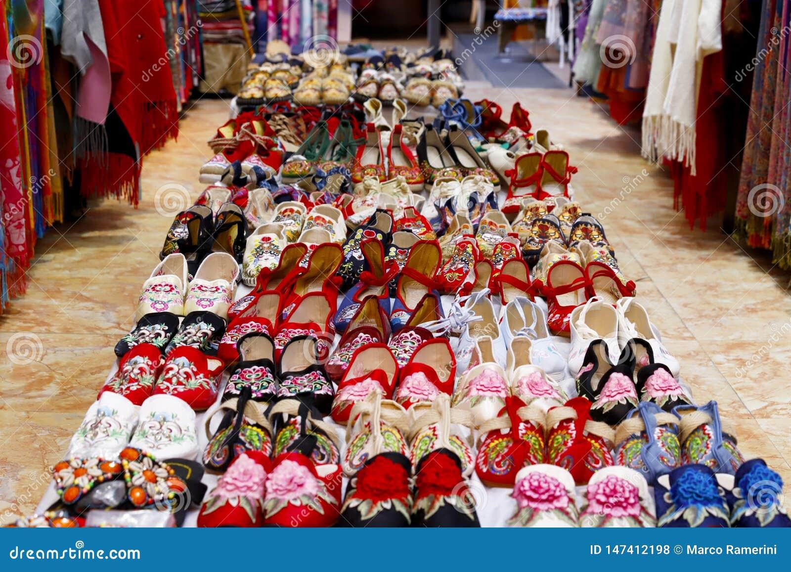 Scarpe in un negozio di scarpe nella vecchia città di Lijiang, il Yunnan, Cina