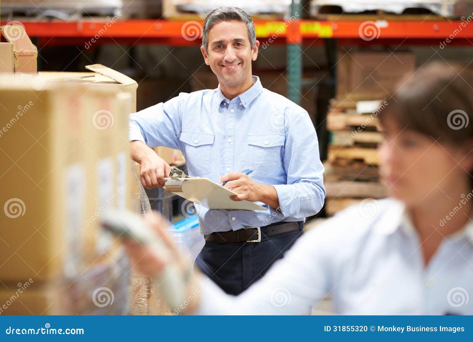 Scatola di esame del lavoratore di In Warehouse With del responsabile in priorità alta