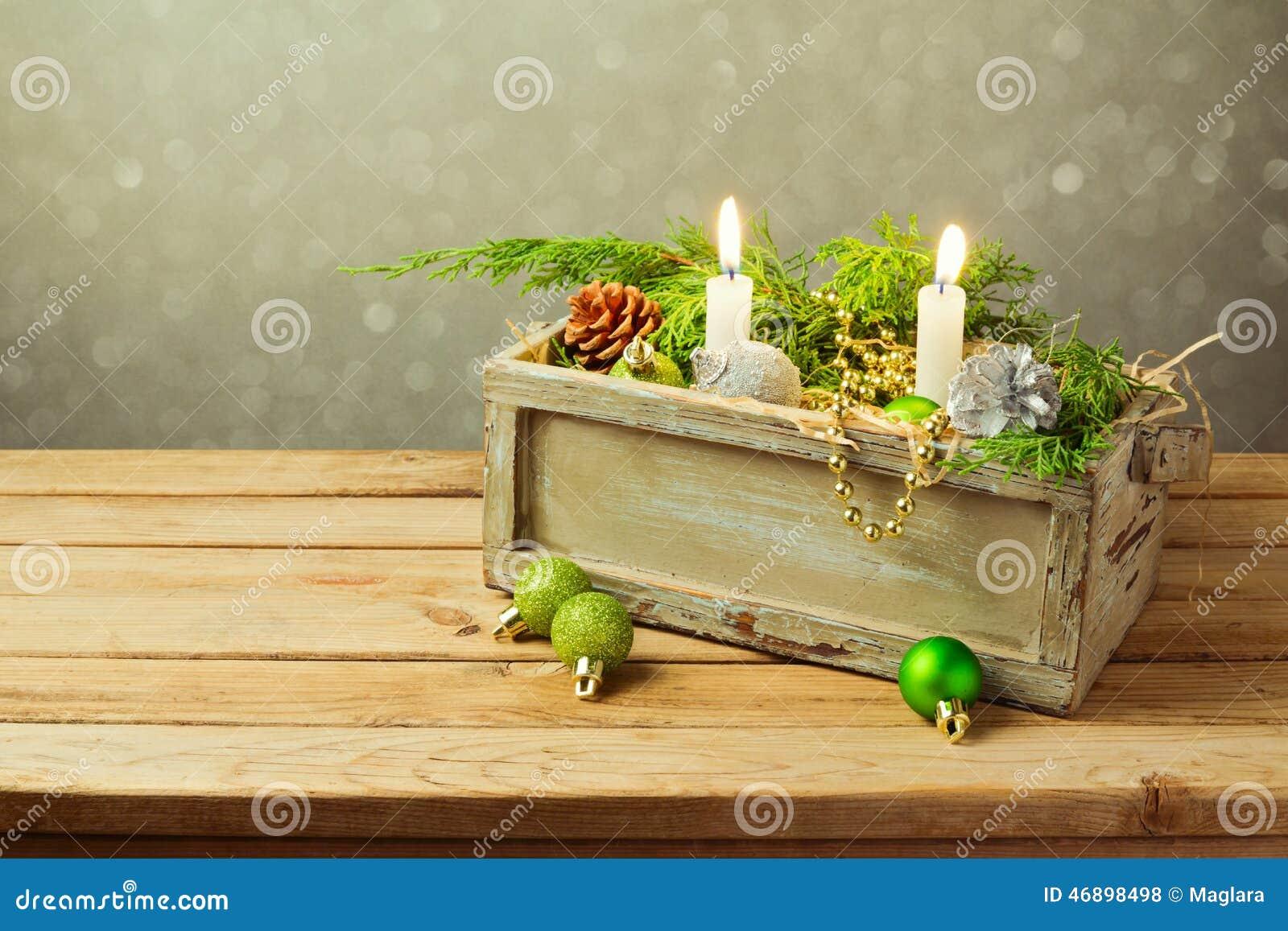 Scatola di legno con le decorazioni e le candele di natale - Decorazioni con candele ...