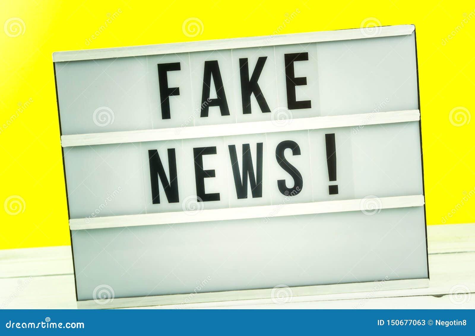 Scatola leggera con le notizie false del titolo con contro fondo giallo