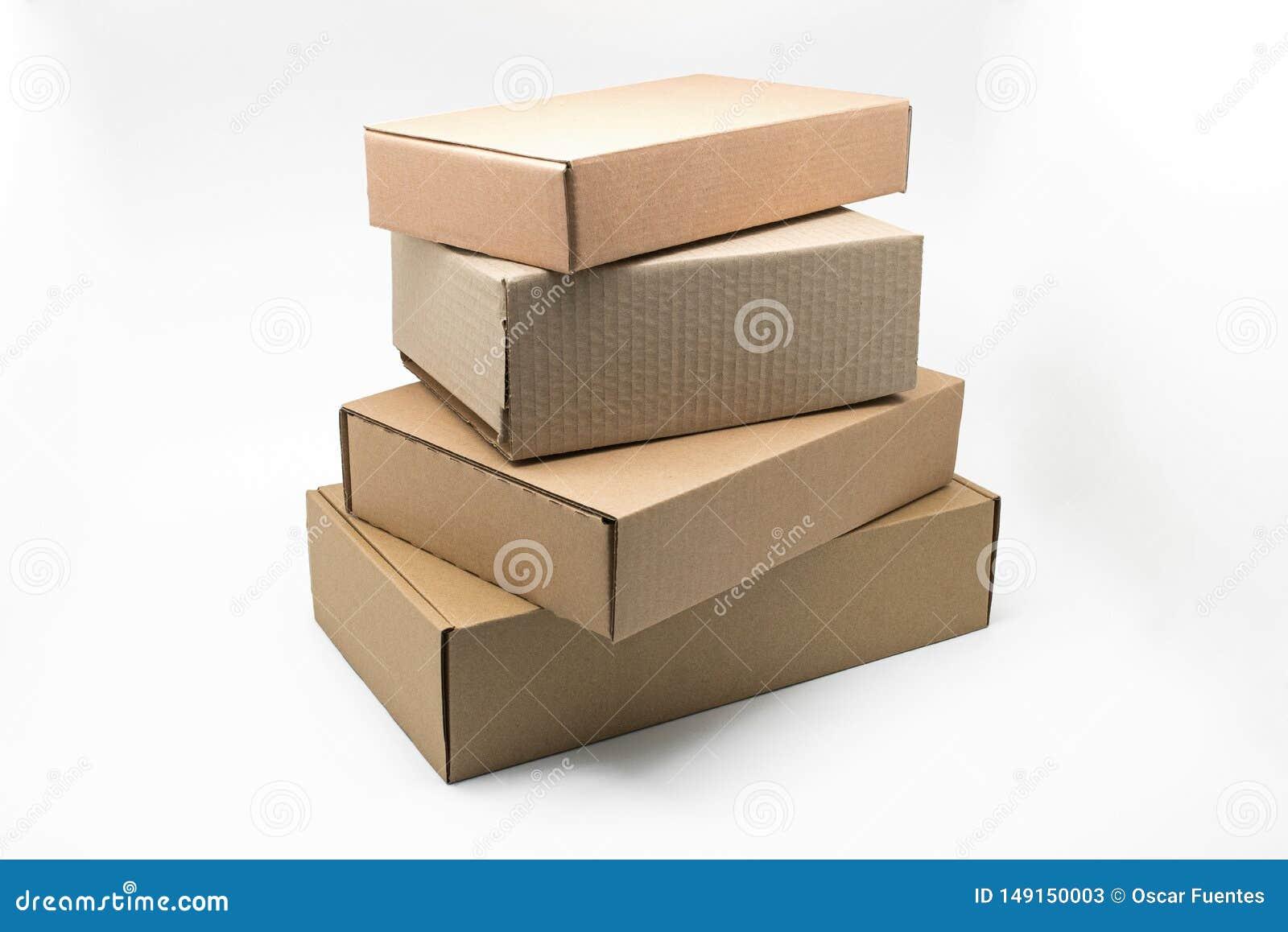 Scatole impilate di cartone marrone su un fondo bianco, materiale riciclabile
