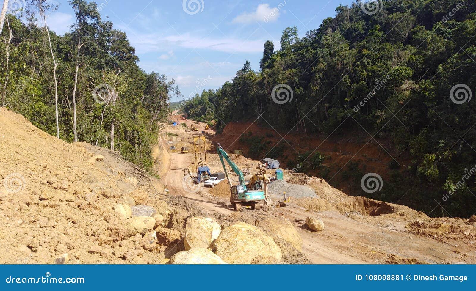 Scavo facendo uso delle macchine nell area della foresta