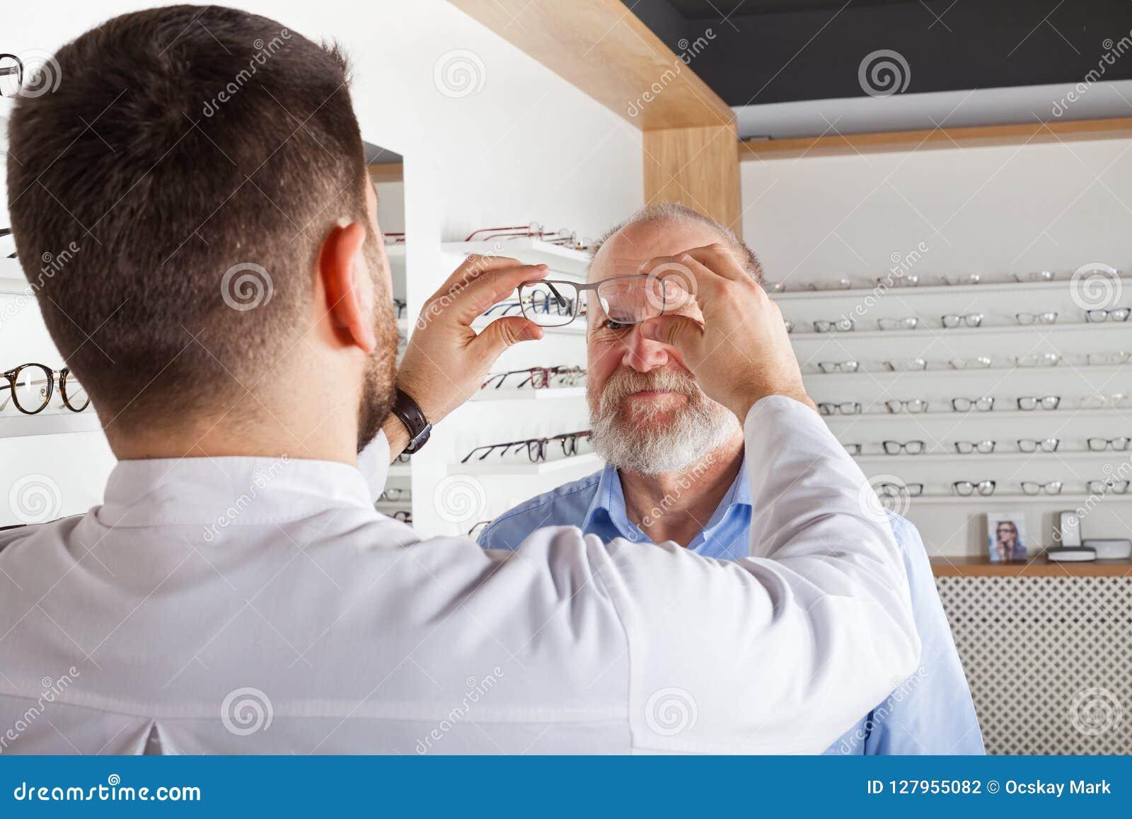 Scelta degli occhiali in deposito ottico