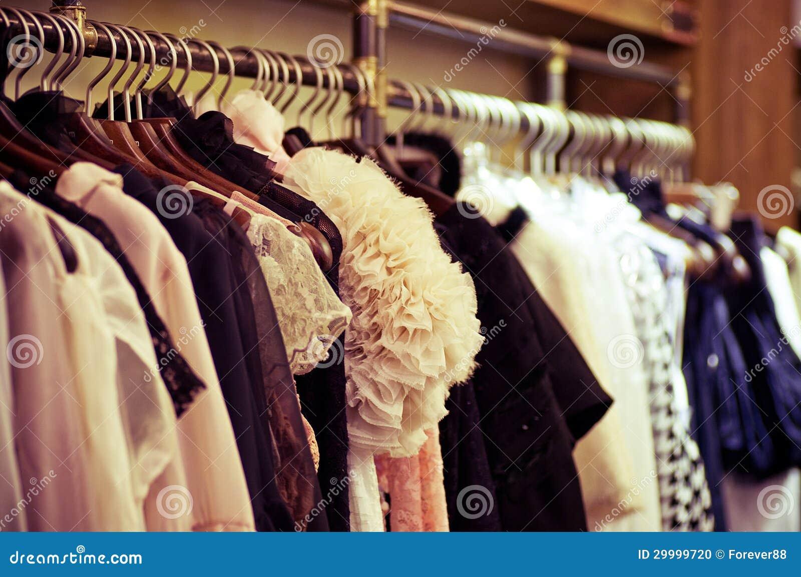 Scelta dei vestiti di modo dei colori differenti