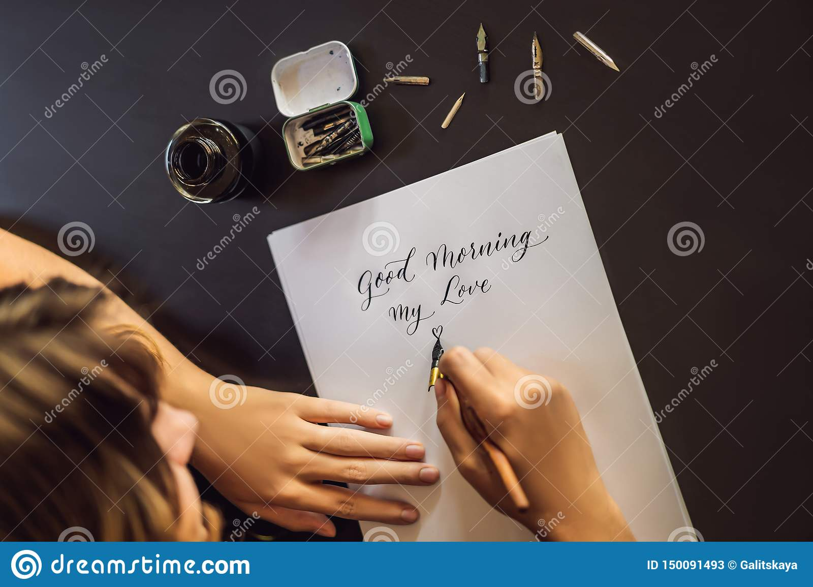 Scena antiquata di mattina: macchina da scrivere antica, tazza di caff? fresco, contratto di affari e penna Il calligrafo Young W