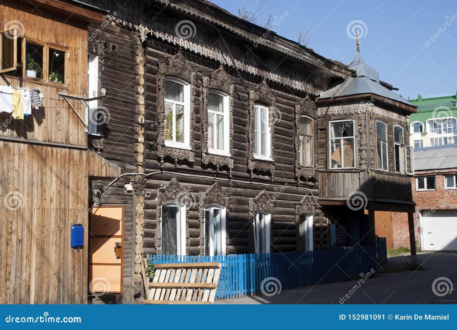 Scena della via con le case di legno tradizionali