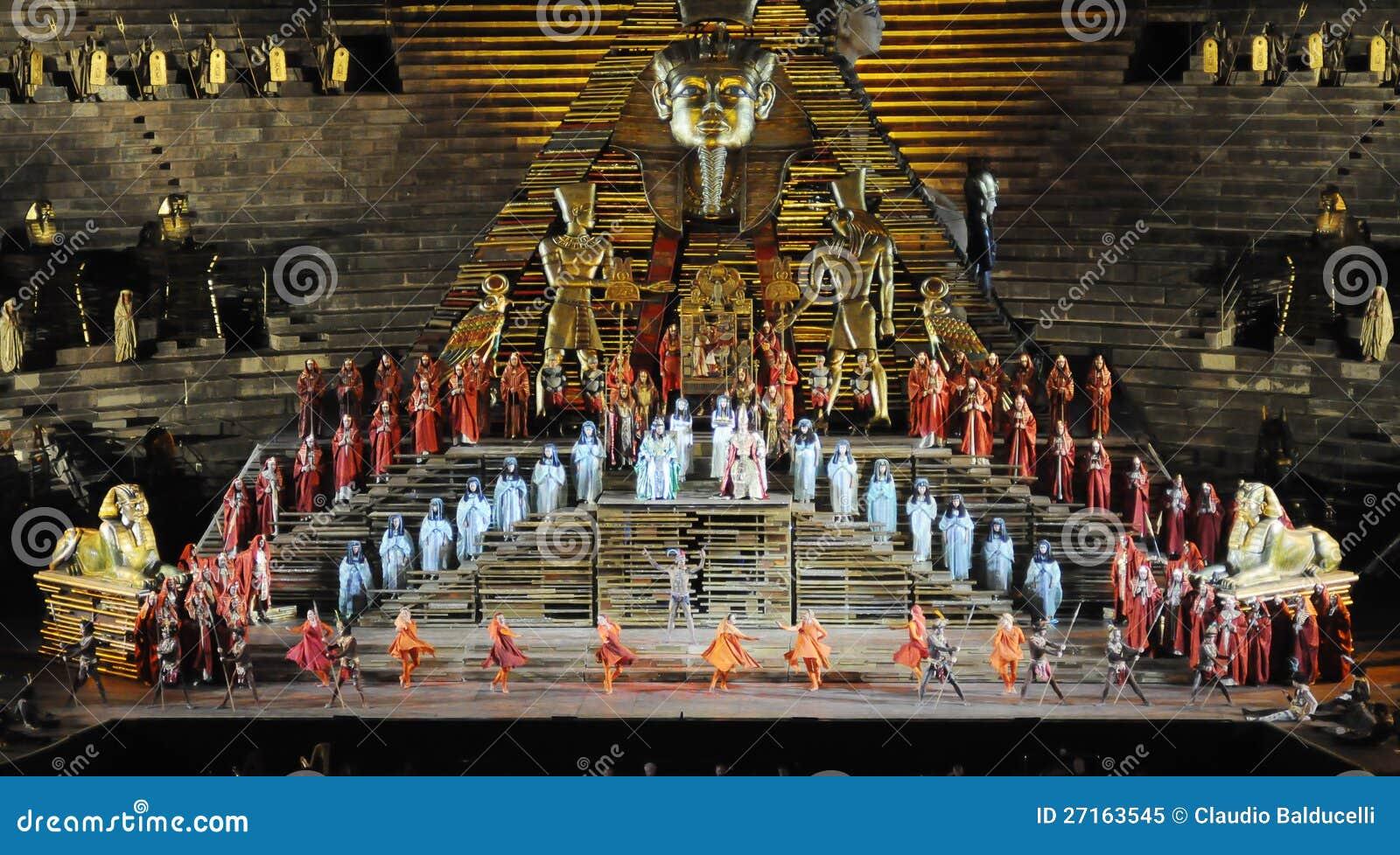 Scena di Aida all arena di Verona