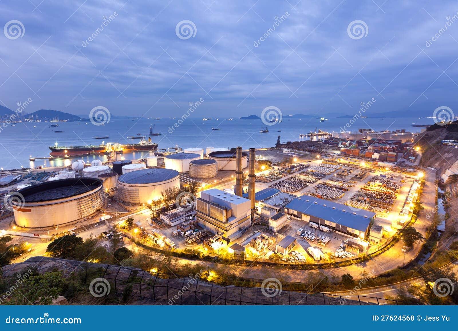 Scena di industria dei serbatoi dell olio alla notte