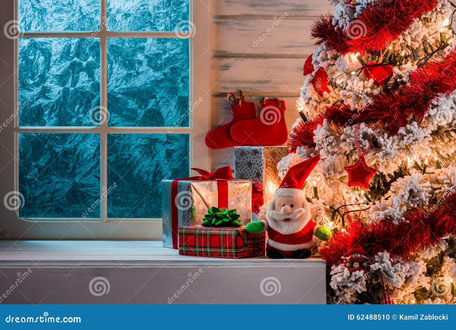 Scena di Natale con i regali dell albero e la finestra congelata