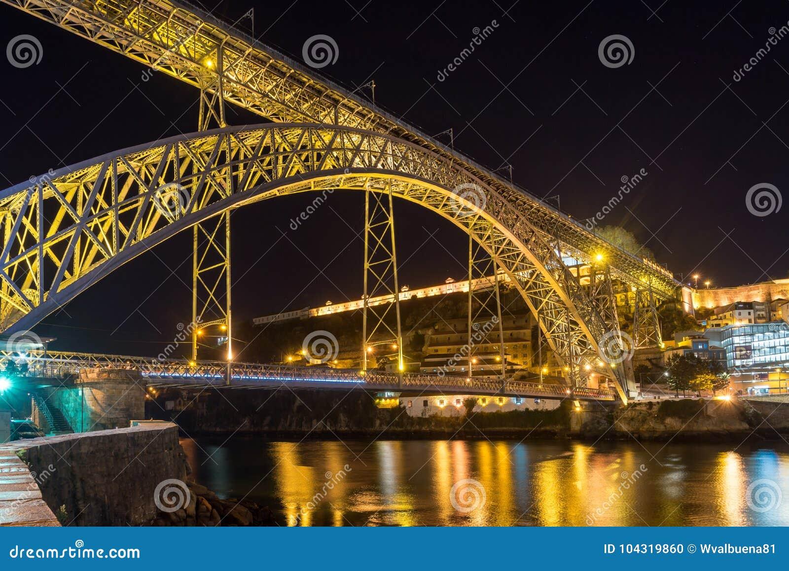 Scena di notte del ponte del ferro di Oporto Dom Luiz