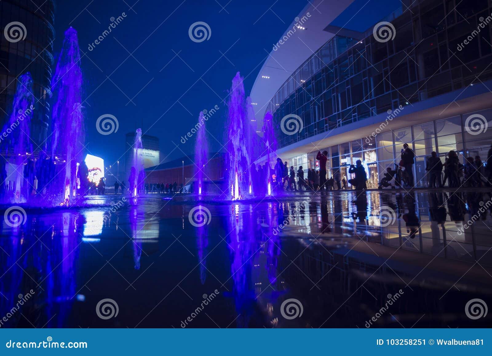 Scena di notte del quadrato di Gael Aulenti