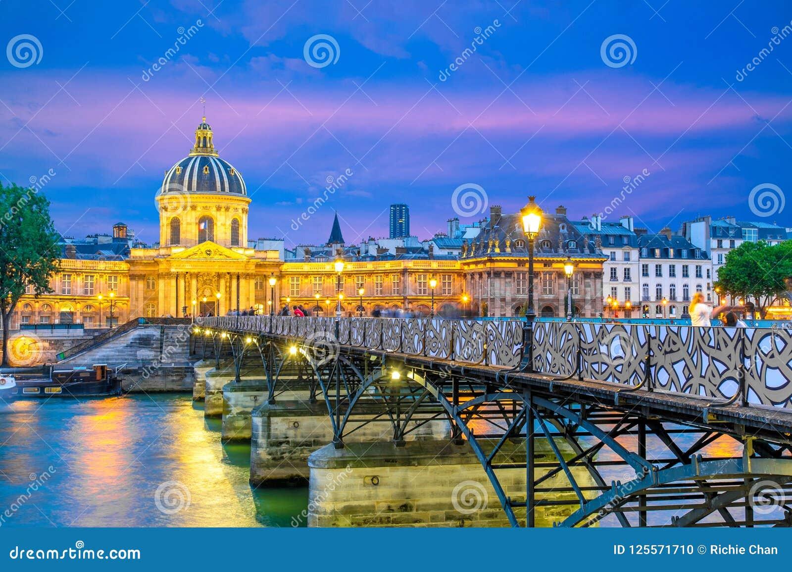 Scena di notte della residenza nazionale del Invalids e del Pont des Arts