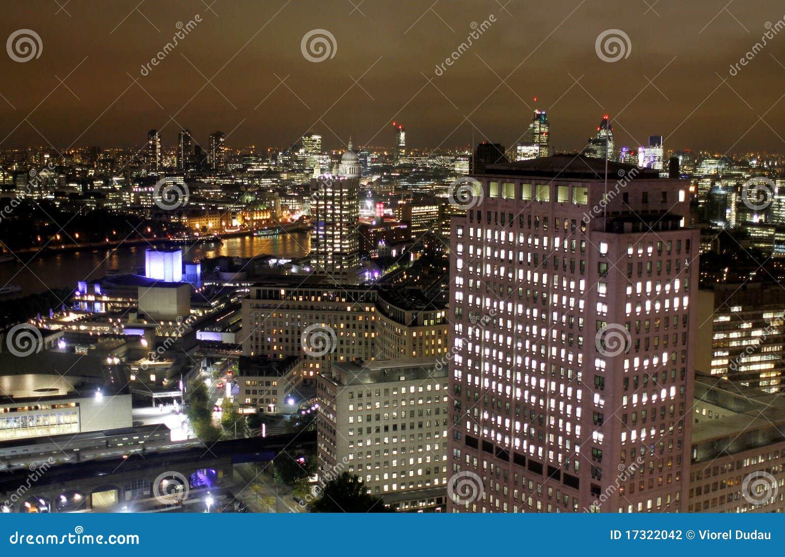 Scena di notte di Londra, edifici per uffici color giallo canarino del molo