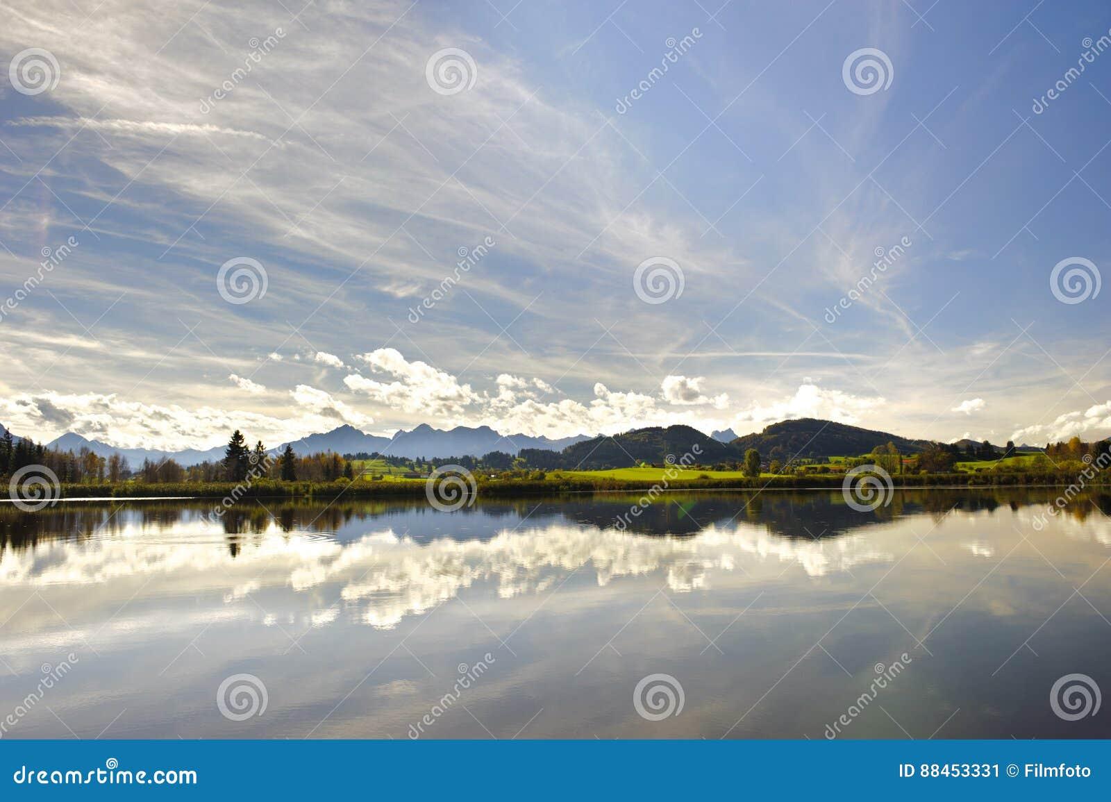 Scena di panorama in Baviera con le montagne ed il lago delle alpi