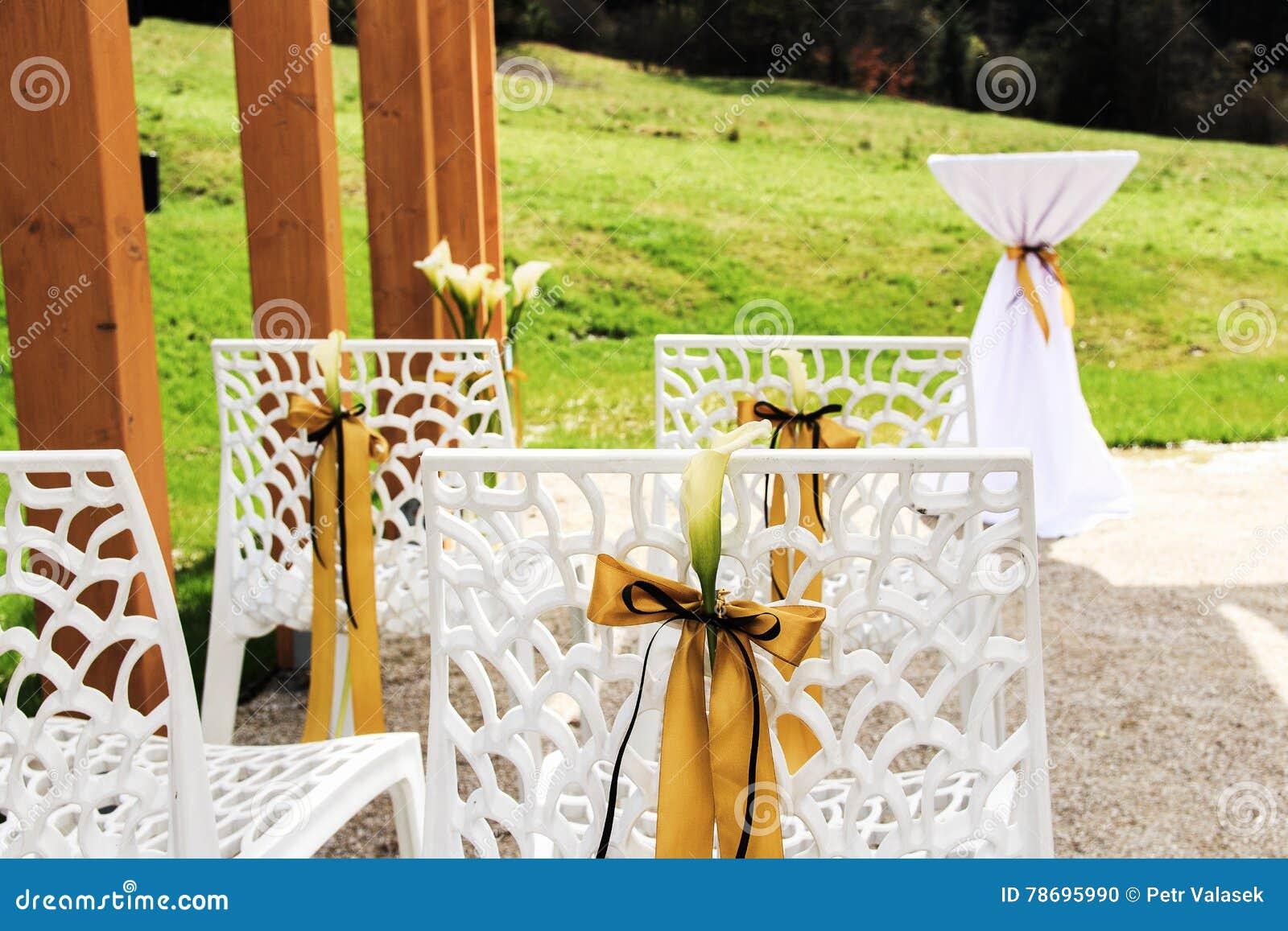Scena esterna di cerimonia nuziale