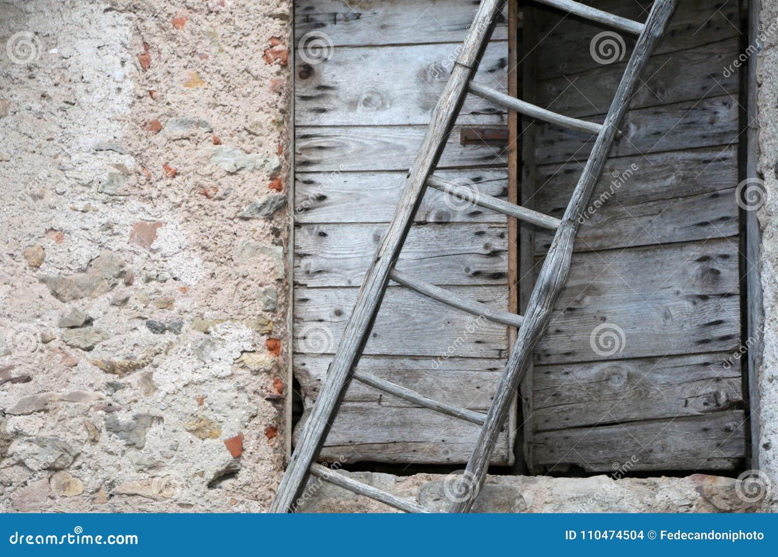 Scaletta In Legno Antica : Scala dritta a l con struttura in metallo con struttura in
