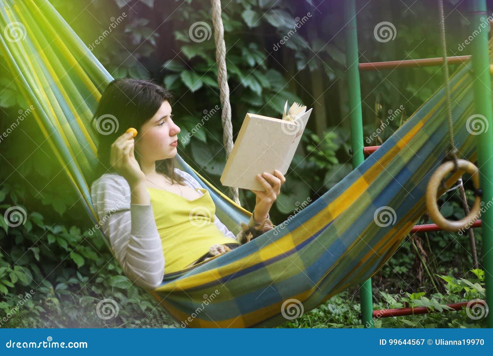 Scena serena con la ragazza teenager in amaca con il libro di lettura dell albicocca