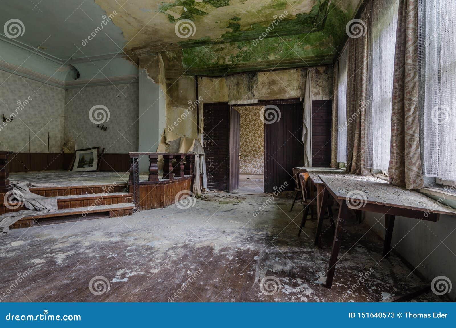 Scena z zieloną foremką w pensjonacie