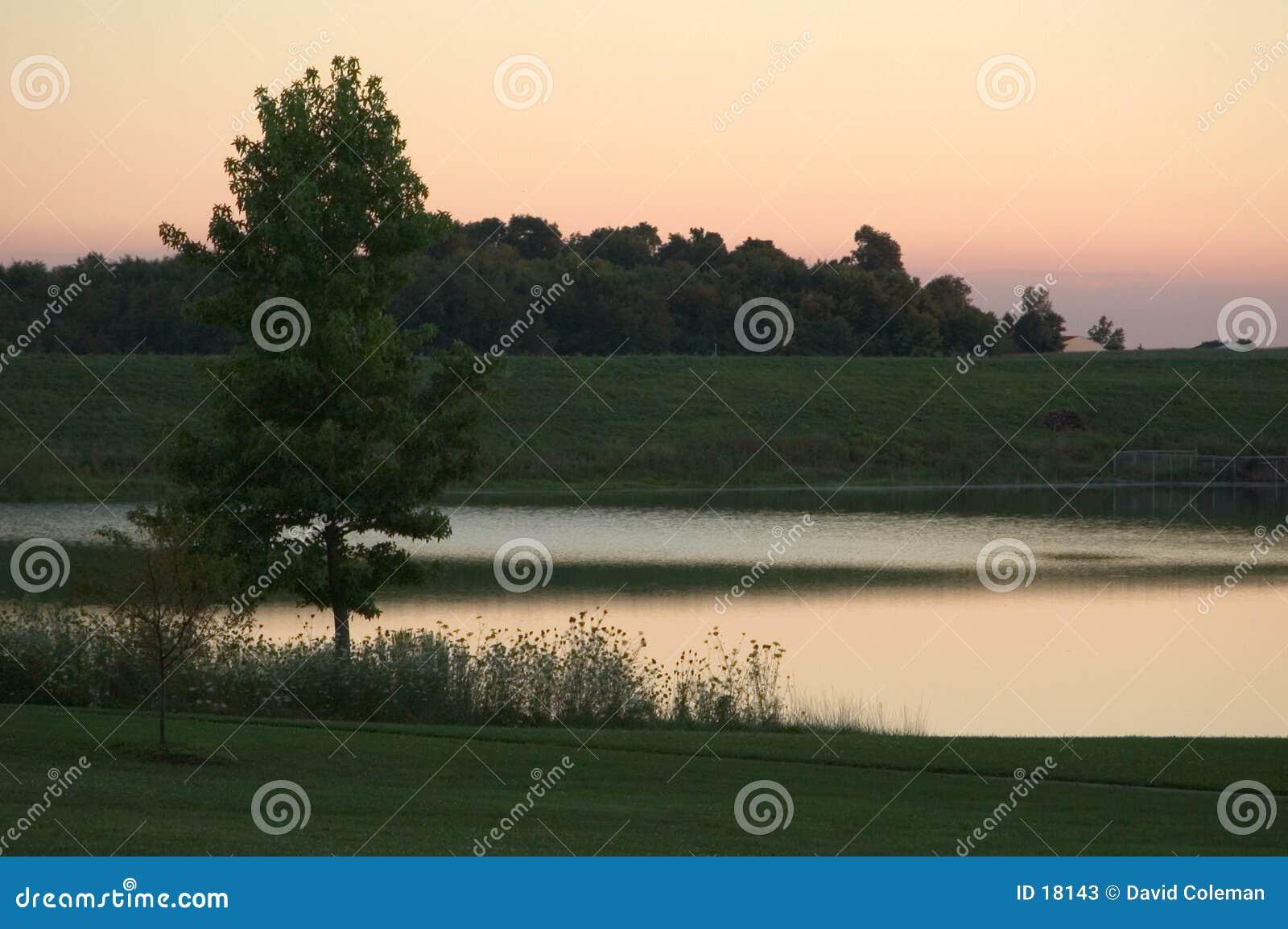 Scena zmierzchu jeziora.