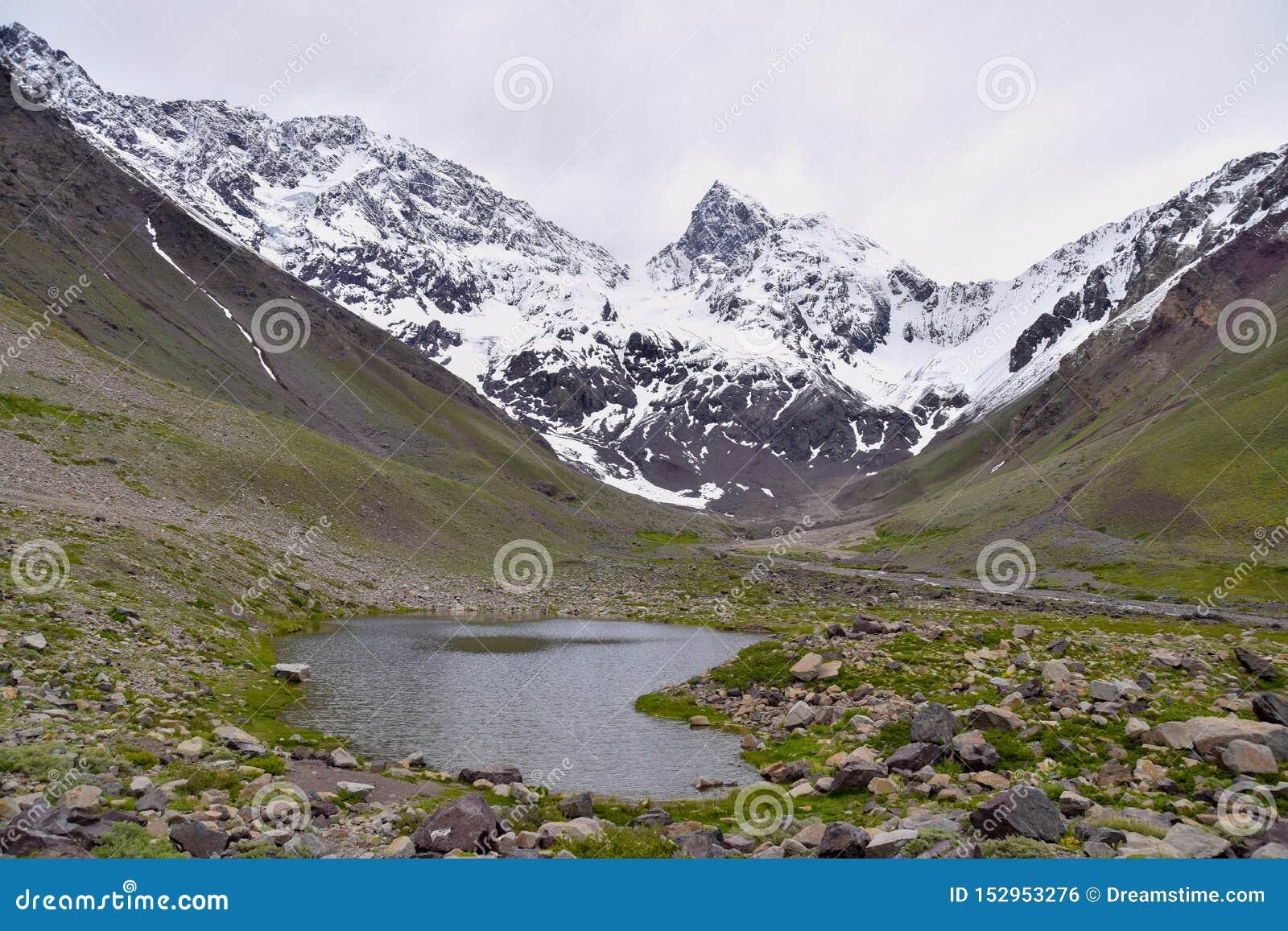 Sceneria śnieżna wysoka góra z jeziorem