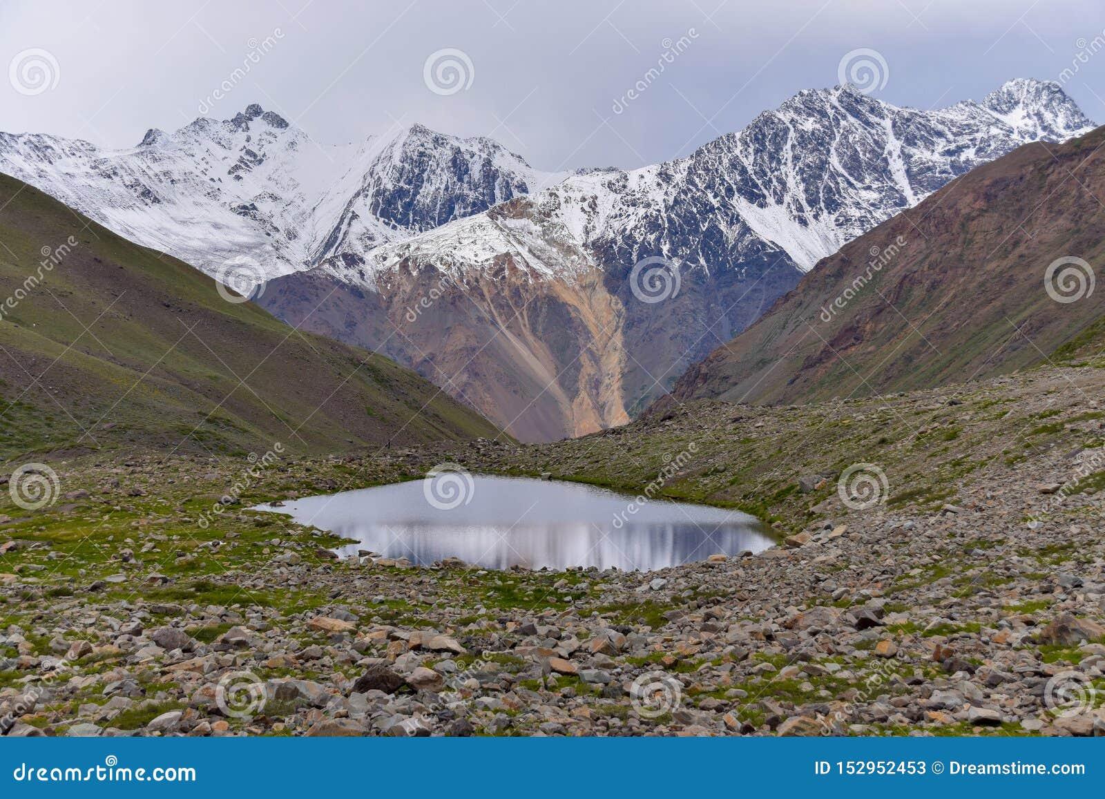 Sceneria śnieżne wysokie góry z jeziorem