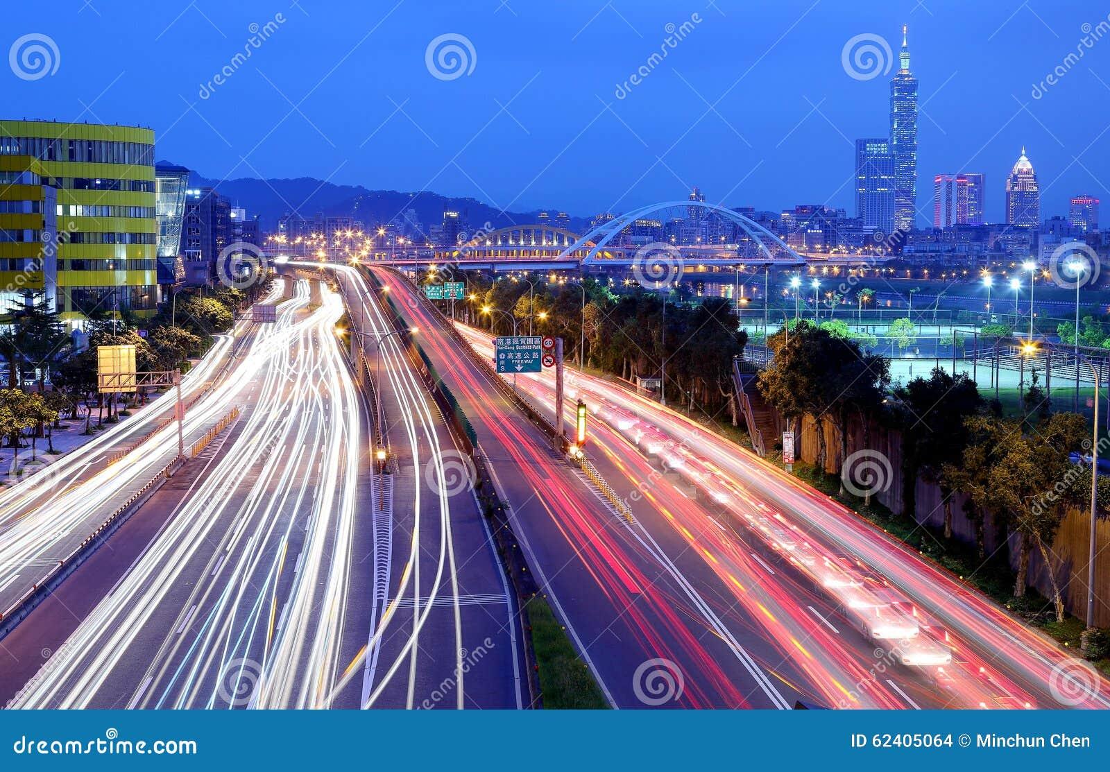 Sceneria Taipei miasto, Yi okręg i centrum miasta z MacArthur próbami na dajk alei, Bridżowymi i samochodowymi