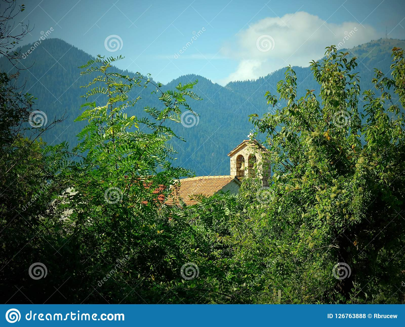 Scenetta nostalgica, chiesa greco ortodossa, paesino di montagna greco, Grecia