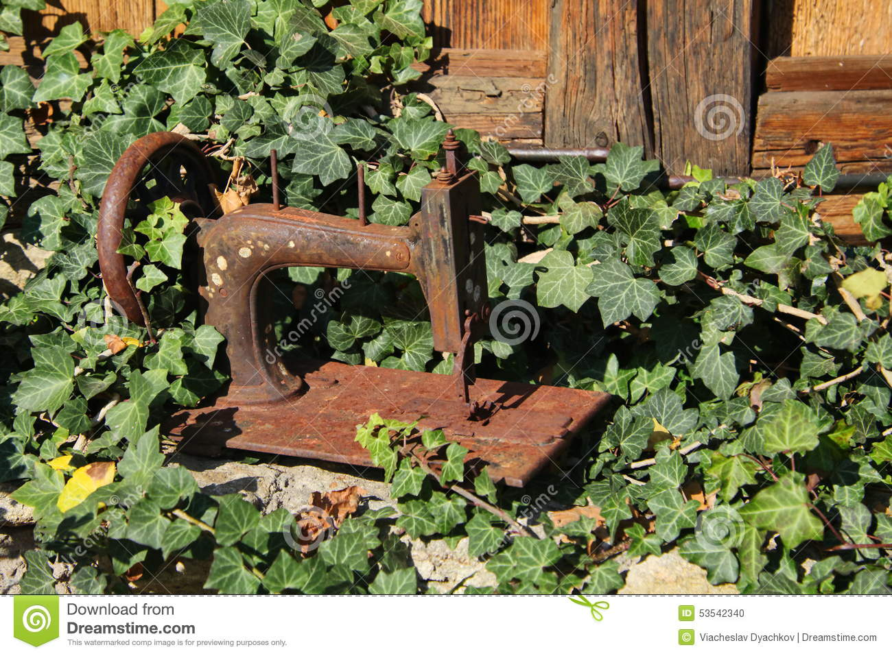 Old rusty sewing machine with colored cottons stock image - Astuce deco jardin recup ...