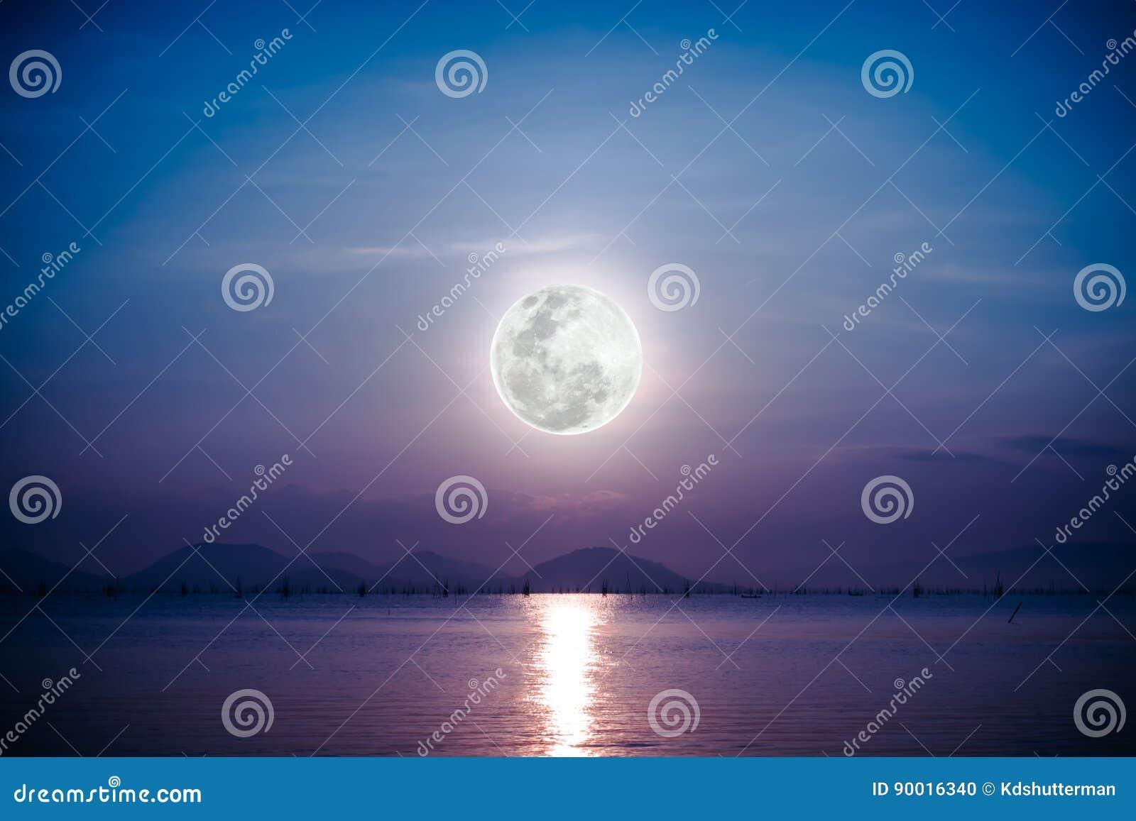 Scenico Romantico Con La Luna Piena Sul Mare Alla Notte Riflessione