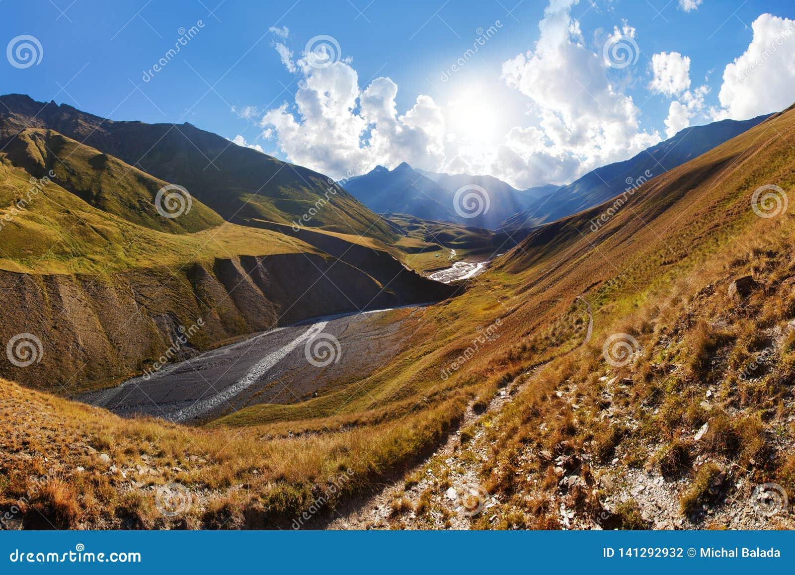 Sceniczny krajobraz lato ranek w Kaukaz g?rach Słońce właśnie iluminuje krajobraz i Trekking od Omalo