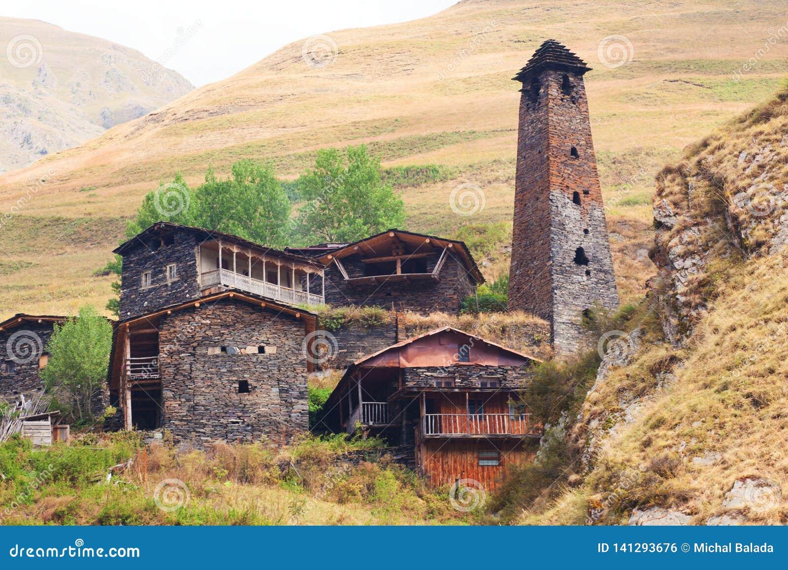 Sceniczny krajobraz lato ranek w Kaukaz g?rach S?o?ce w?a?nie iluminuje antyczne ruiny Tushetian i g?ruje