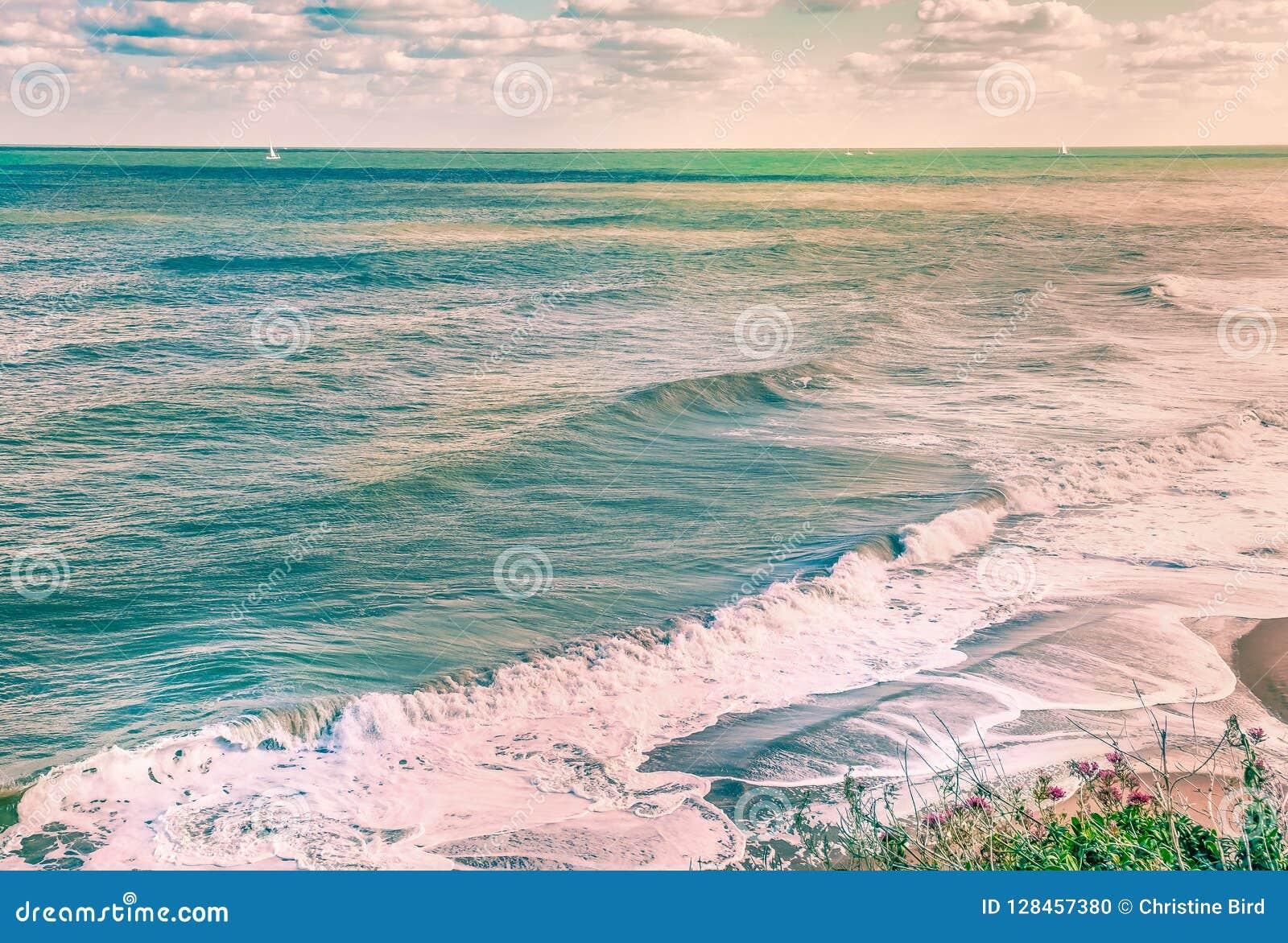 Sceniczny oceanu wizerunek fala i kipiel