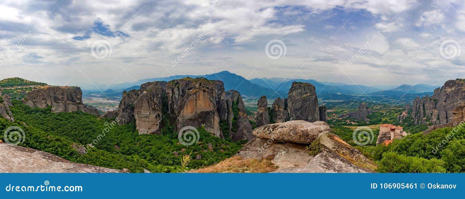 Sceniczny panoramiczny widok Meteorów monastery