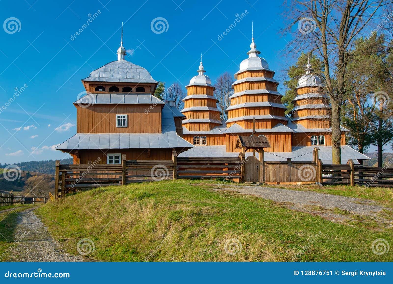 Sceniczny widok Greckiego katolika drewniany kościół St Dmytro, UNESCO, Matkiv, Ukraina
