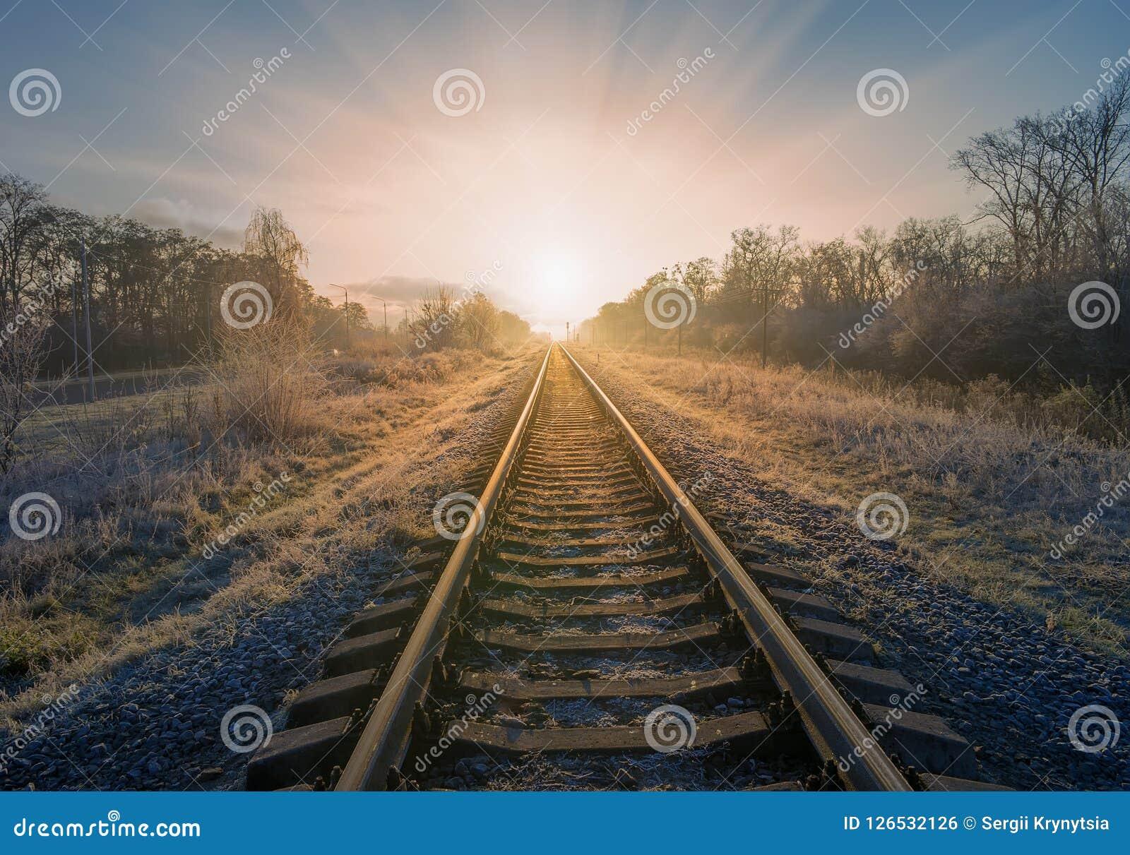 świetne okazje 2017 na wyprzedaży świetne ceny Sceniczny Widok Iść Prosto Naprzód Powstający Słońce Kolej ...