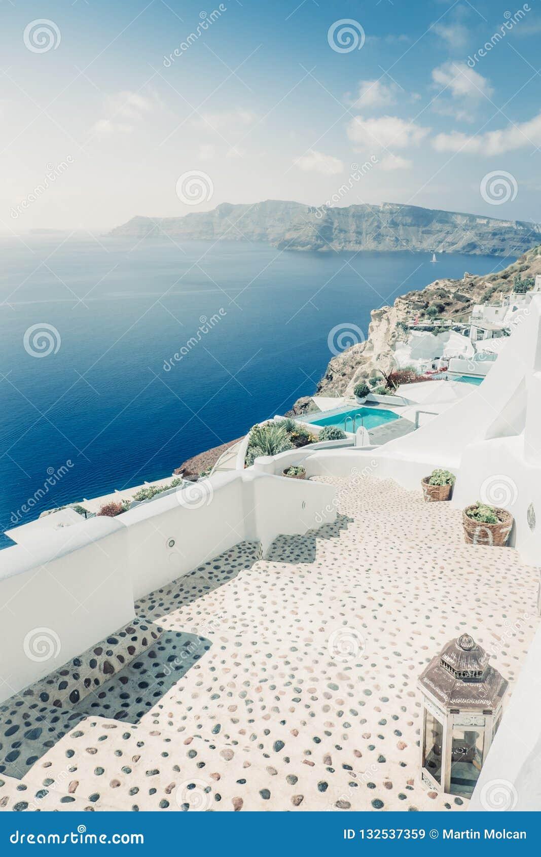 Sceniczny widok jaskrawy droga przemian w romantycznej cycladic wiosce i domy, Grecja