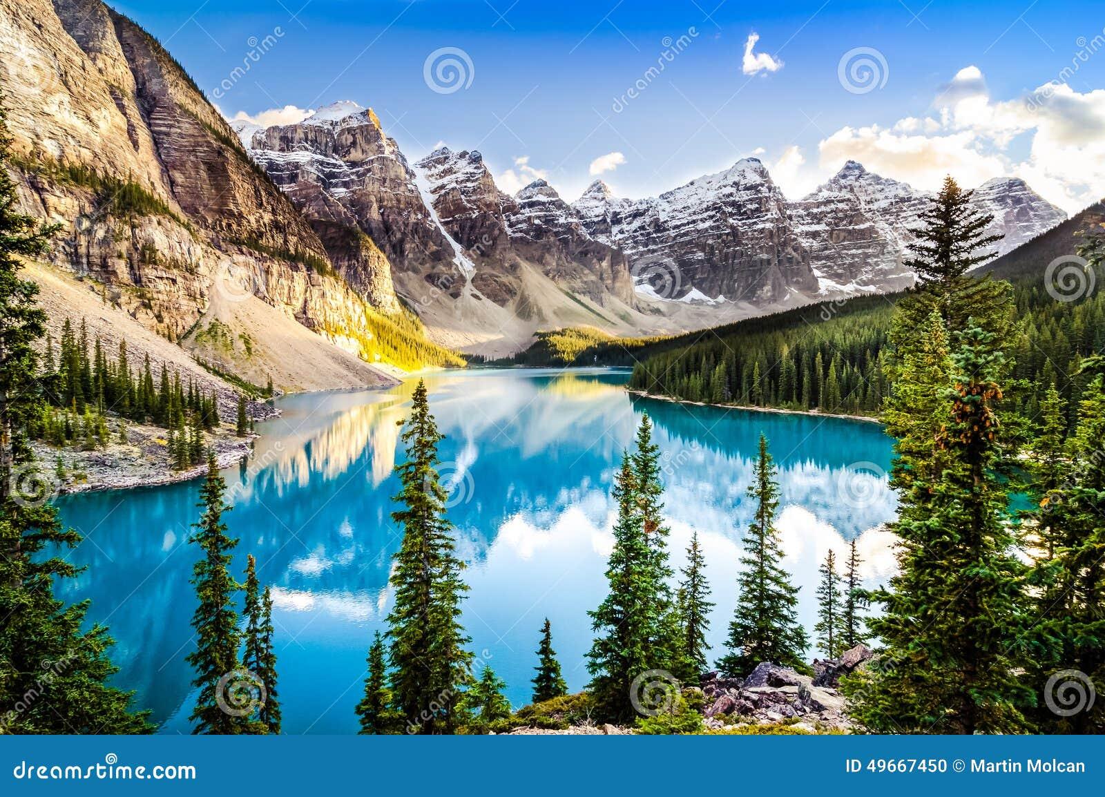 Sceniczny widok Morena jezioro i pasmo górskie, Alberta, Kanada