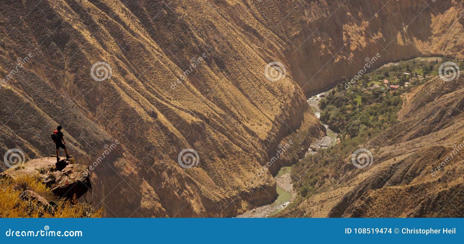 Sceniczny widok nad Colca jarem, Peru