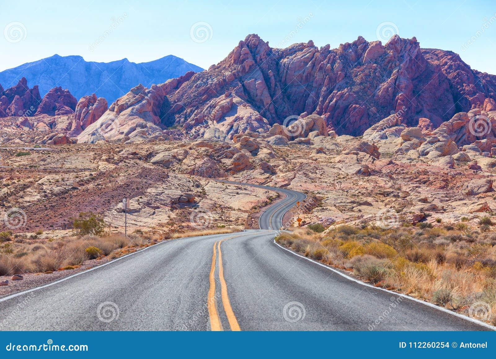 Sceniczny widok od drogi w dolinie Pożarniczy stanu park, Nevada, Stany Zjednoczone