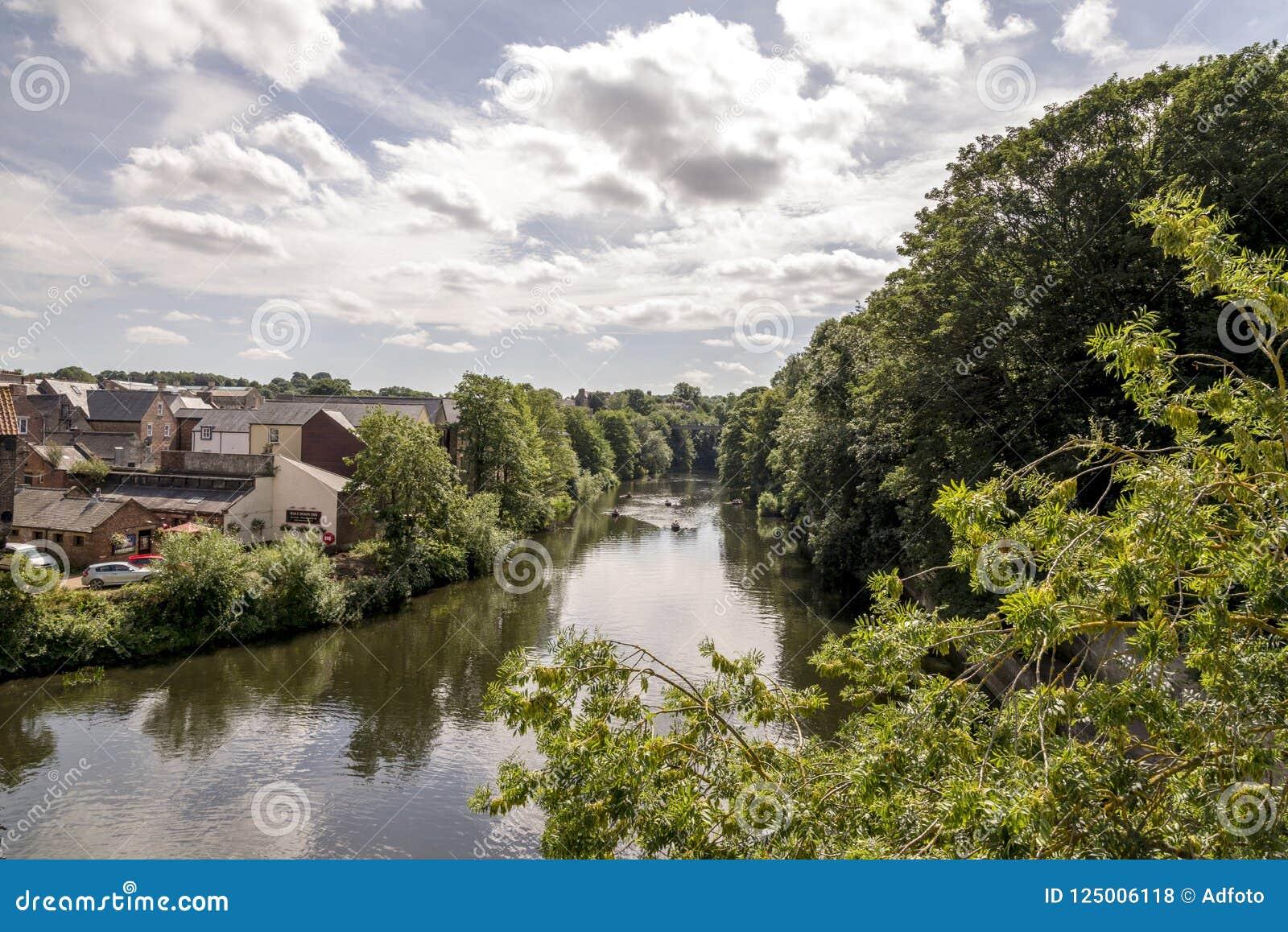 Sceniczny widok odzieży rzeka w Durham, Zjednoczone Królestwo