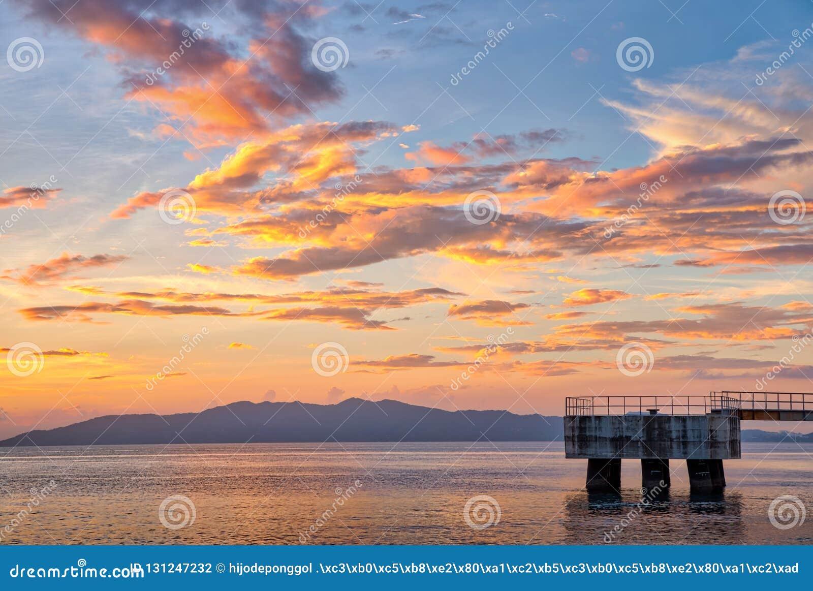 Sceniczny zmierzch przy brzeg Batangas, Filipiny
