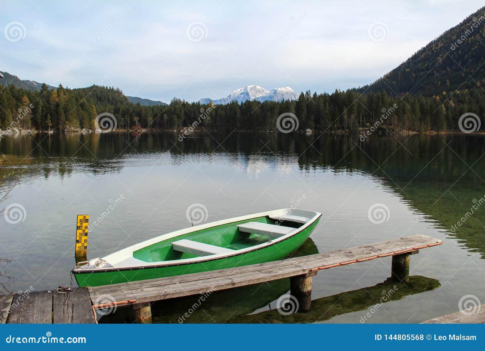 Scenisk bild på berg sjön Hintersee