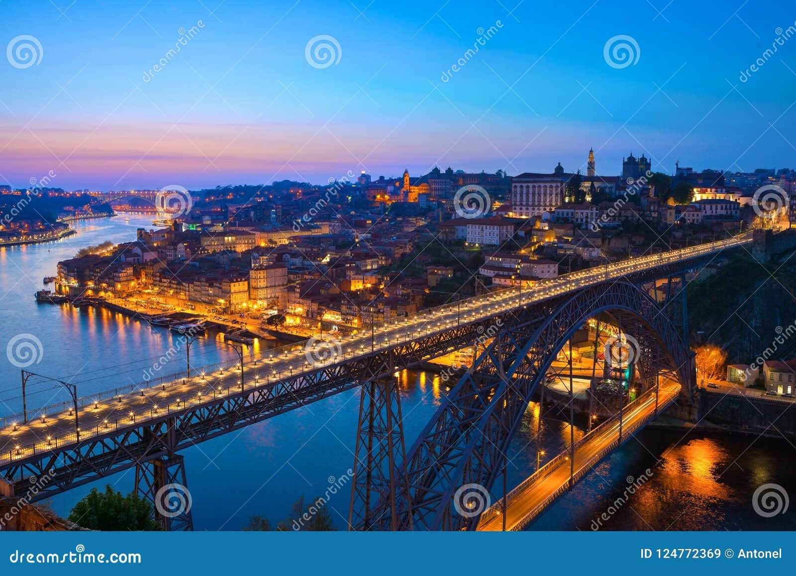 Scenisk sikt av den historiska staden av Porto och Luis som jag överbryggar i skymningen, Portugal