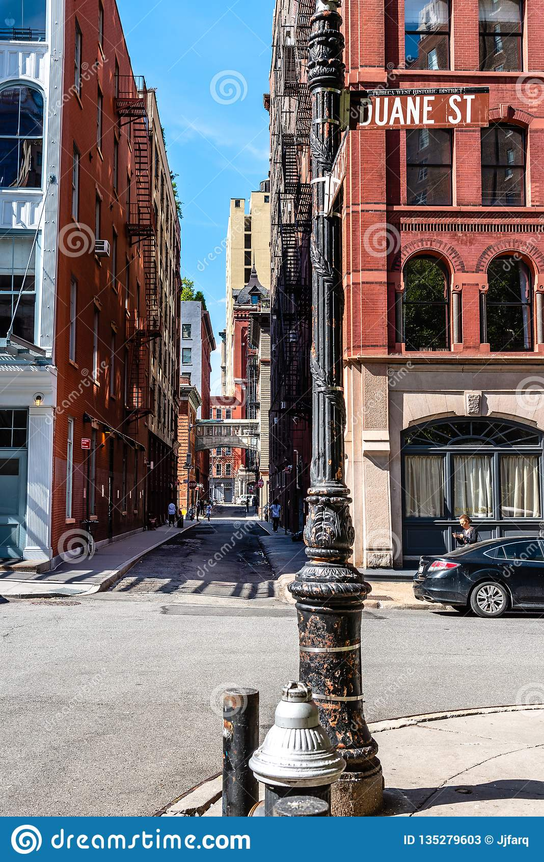 Scenisk sikt av häftklammergatan i New York
