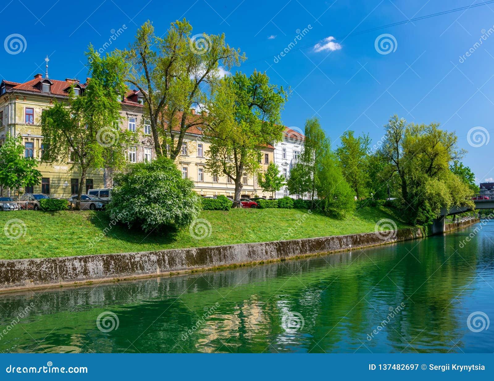 Scenisk sikt av invallningen av den Ljubljanica floden i Ljubljana, Slovenien