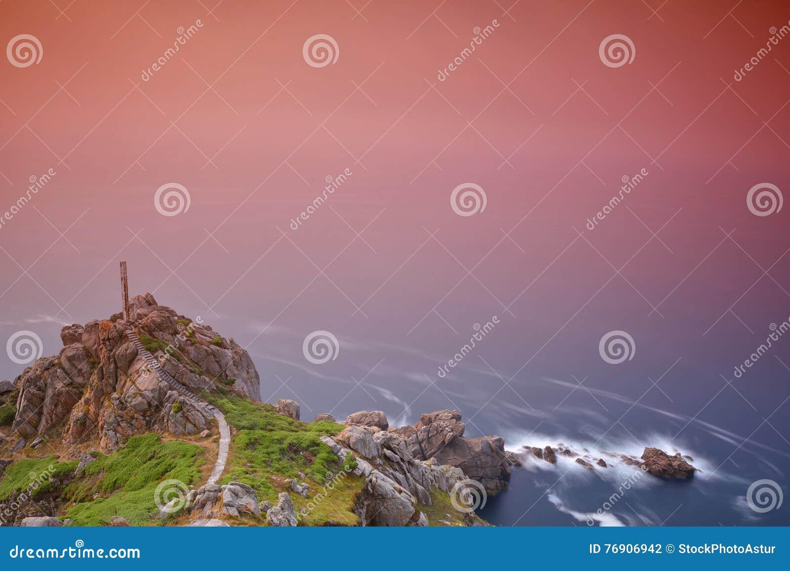 Scenisk sikt av utsatt seascape med klippan