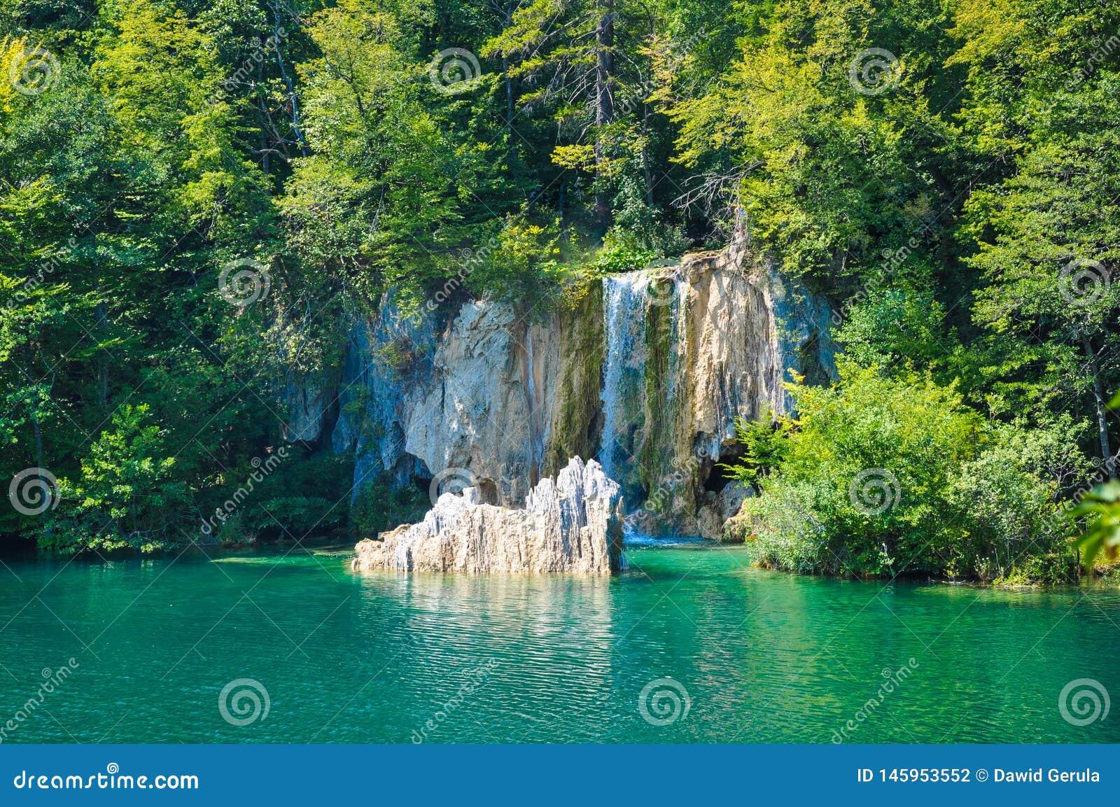 Scenisk sikt av vattenfall i Plitvice sj?nationalparken, Kroatien