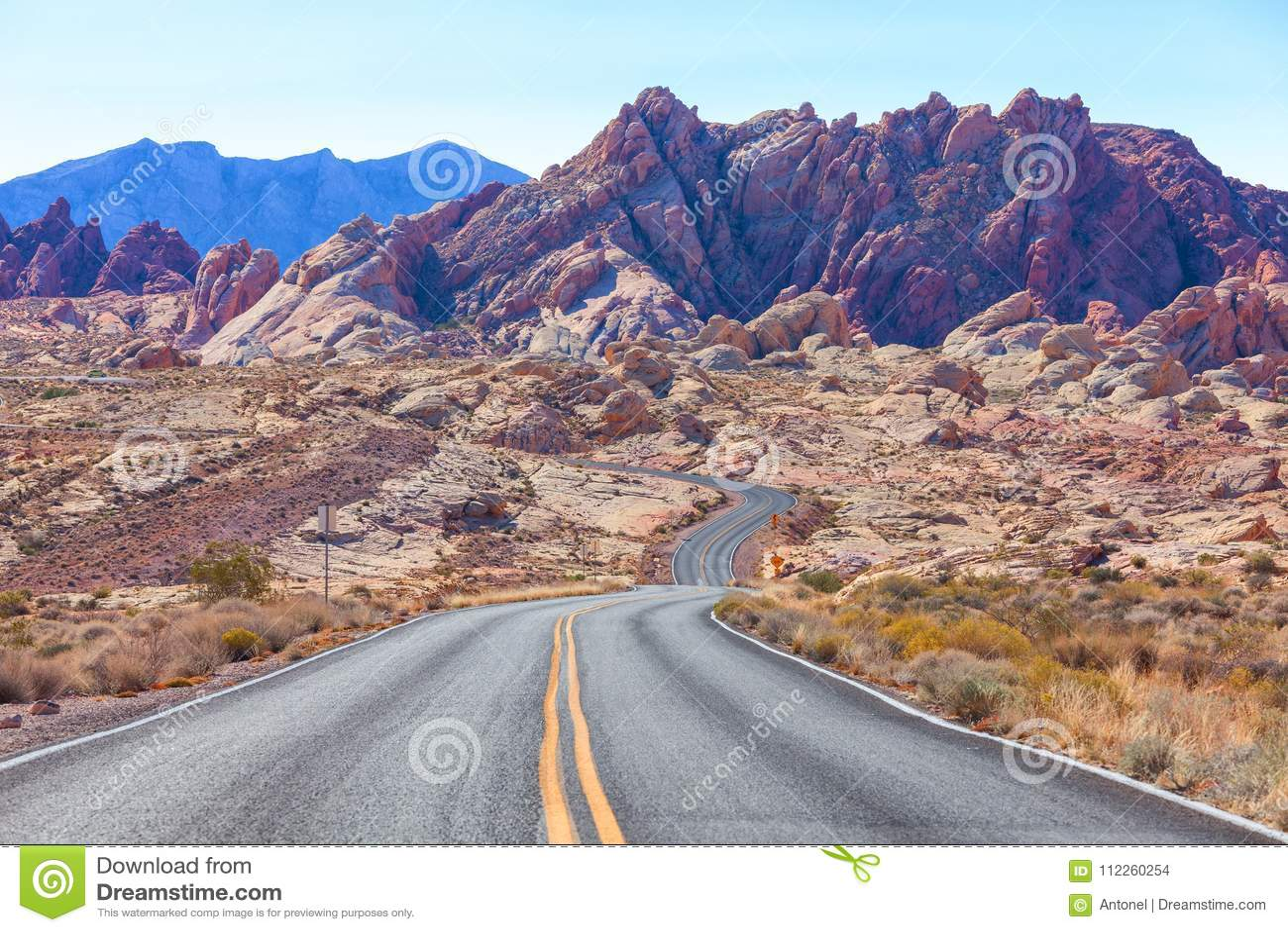 Scenisk sikt från vägen i dalen av branddelstatsparken, Nevada, Förenta staterna